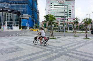 為整頓人行道行路空間,台北市交通局宣布,7月17日起,自行車違規騎乘人行道及騎樓會被罰款300元。(圖/Wikipedia)