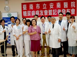 謝綉敏女士(紫衣)感謝林瑞模院長(右4)及糖尿病共同照護團隊。