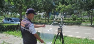 圖說:今年以來中市環保局將后里正隆紙廠列為專案稽查,每日派員(日、夜)巡查,採取附近空氣樣品。