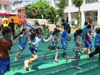 替代役男暑期課輔活動開始,小朋友玩的超開心。(記者許素蘭/攝)