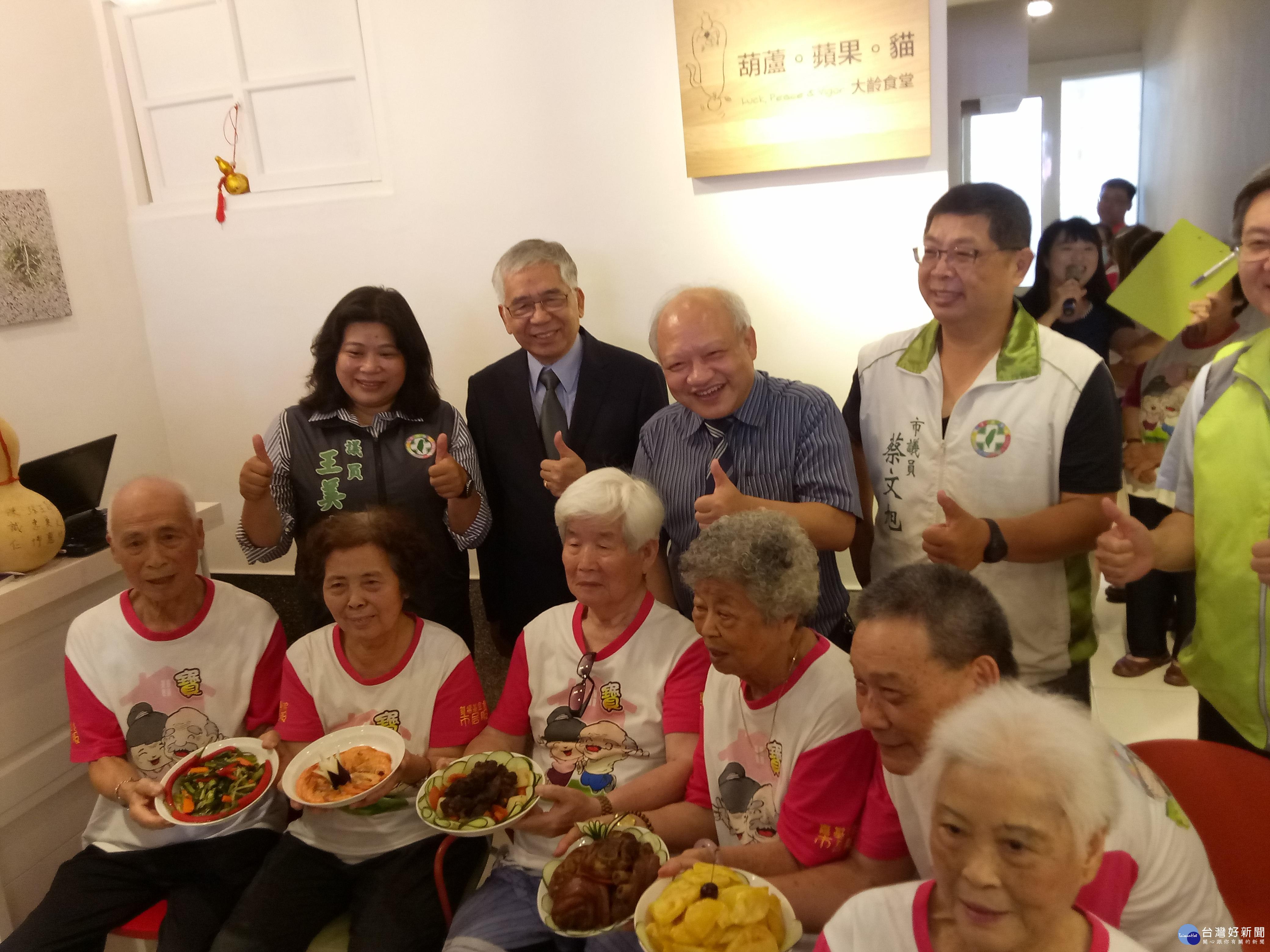 全國首家大齡食堂開賣 爺奶擔任廚師和服務人員