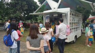 圖書行動專車開進東眼山森林遊樂區 提供閱覽借閱服務