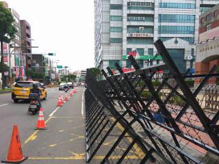 中壢警方在桃園市政府青年局周遭進行封街並架設拒馬。