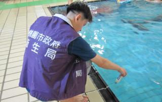 衛生局呼籲業者,除應做好泳池的清潔及殺菌管理,更應落實每2小時自主水質檢測並紀錄,以掌控水質衛生狀況。