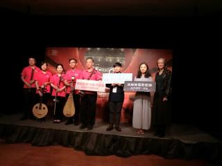 圖說: 新任臺中國家歌劇院業務副總監盧健英跟表演團隊一起宣布盛夏音樂會啟動。(記者賴淑禎攝)