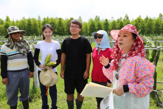 張花冠縣長在火龍果園替青農呂昊人和另一半陳宛彤證婚