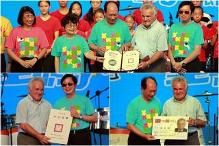 秘克琳神父獲得中華民國戶口名簿和身分證成為正港台灣人。(圖/記者陳木隆攝)