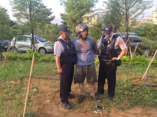 連績向八德警方及消防隊丟擲汽油彈縱火的詹姓嫌犯,逃逸40小時候被警方逮捕歸案。