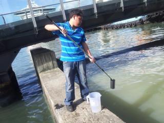 基隆市環保局針對6日下午針對基隆港旁旭川河出海口有魚屍曝曬散發惡臭,立即前往查核。(圖/基隆市政府提供)