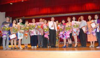 彰化市長青大學106年上半年度結業典禮上市長邱建富感謝老師們並合影。