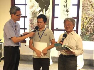 國立彰化美學館館長尹彙武與路寒袖還有視障朋友一同吟詩「放送局」
