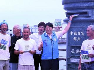 「2017花蓮國際石雕藝術季」自7月1日起在花蓮港1號碼頭隆重開幕,市長魏嘉賢特別在7月7日前往活動現場慰勞參與創作營的石雕家。(圖/花蓮市公所提供)