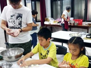親子一起動手作豆腐料理,體驗料理的樂趣 。(圖/記者黃村杉攝)