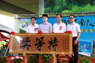 黃名村(左二)榮獲清香組特等獎及2個頭等。(記者扶小萍攝)