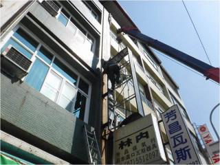 工務局呼籲市民商家能主動檢修房舍及戶外廣告物檢查是否牢固安全,以免造成災害。(圖/記者何沛霖攝)