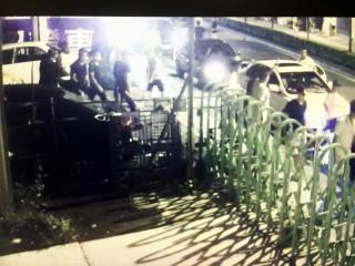 只因單純的行車糾紛,張姓嫌犯率眾開槍店,又誤砸「蓮花車行」13輛自小客車。