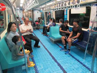 台北市觀傳局與悠遊卡公司合作,選定松山新店線一列列車,推出世大運彩繪列車(圖/台北市觀傳局)。