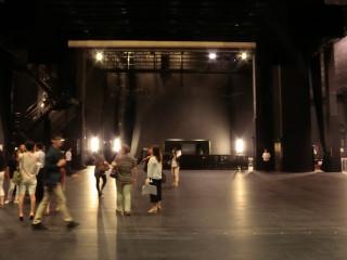 圖說:臺中國家歌劇院推出劇場導覽,讓民眾有機會進入舞台,實際體驗劇場魅力。(記者賴淑禎攝)