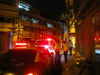 警方協助酒後路倒老翁。林重鎣攝