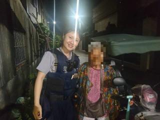 迷途老婦馬路上徘迴不知所措,熱心女警協助返家