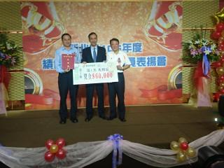 市長朱立倫頒發獎牌及6萬元獎金表揚(圖/記者黃村杉攝)