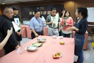 金牌好店選拔活動已邁入第8屆,評選活動熱烈舉行,店家為評審做菜色介紹。