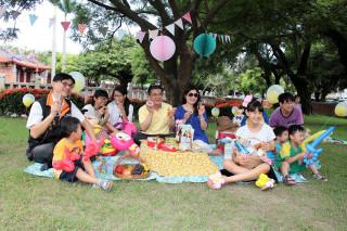 鹿港鎮長黃振彥與民眾享受在草地上野餐的樂趣。