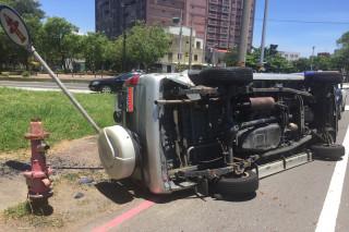 高溫炎熱,台南市一部休旅車撞上路旁救火栓告示牌,差幾十公分就撞倒會噴水的救火栓。路過民眾稱未消暑先送醫。(圖/記者黃芳祿攝)