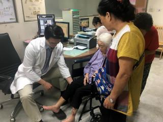 南投醫院骨科醫師王證琪檢視人瑞術後情形。
