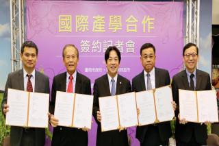 長榮大學、衛理畢理學院、台灣蘭花產業聯盟發展協會簽訂蘭花產學合作協議。(圖/台南市政府提供)
