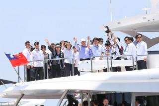 ▲蔡英文總統、陳菊市長陪同巴拉圭總統搭乘遊艇,於海上眺望亞洲新灣區。(圖/記者郭文君攝)