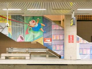 捷運工程局於捷運紅樹林站內月台及天橋連通道舉辦「淡海輕軌遇上幾米」展覽。(圖/記者黃村杉攝)