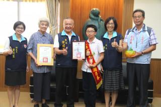 謝易泰(圖一)、王妤文(圖二)榮獲總統教育獎,縣長表揚。(記者許素蘭/攝)