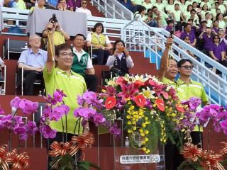桃園市副市長游建華、桃園市體育會理長葉政彥共同鳴槍,為106年桃園市運會揭開序幕。