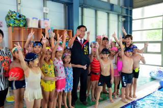 林明溱歡迎暑假讓學童到三和或鄉鎮泳池戲水。