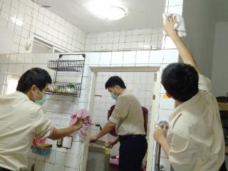 板橋區公所替代役役男協助阿公阿嬤居家環境清潔。(圖/板橋公所提供)