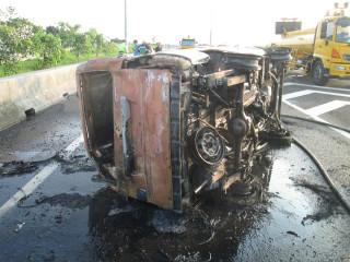 中山高彰化路段傳火燒車 小客貨車後輪鎖死翻覆起火