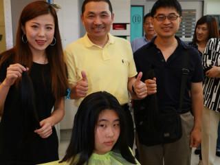 副市長侯友宜頒發感謝狀給參加捐髮者和協助單位,盛讚每位捐髮者,不僅頭髮美,心地更美。(圖/記者黃村杉攝)