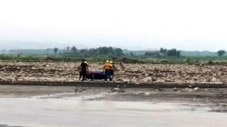 男子河床撿石頭發現水流屍 水深過腰警方動用橡皮艇