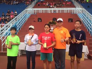 「106年桃園市運動會」圓滿閉幕,體育局長夏金興頒獎給表現優異的獲獎選手。