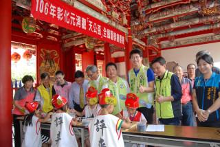 彰化市長邱建富(後排左4)等人觀賞小棋士對奕