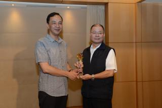 警察局長胡木源18日在市政會議將該獎牌呈獻給市長朱立倫。(圖/記者黃村杉攝)