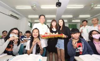 桃園市長鄭文燦出席「桃園市私立新生醫護管理專科學校考生祈福活動」。
