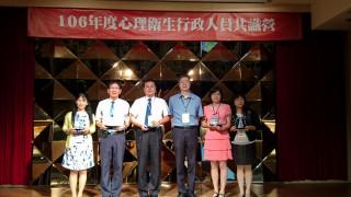 南投衛生局長黃昭郎( 左二)親自接受頒獎。(衛生局提供)
