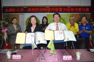 彰化市長邱建富與黃瑞雅市長展示完成簽署的意向書