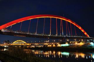 彩虹橋照明妝點夜景