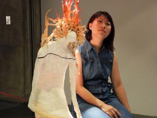 陶藝家黃偉茜與《休息姿態作品》。(圖/記者黃村杉攝)