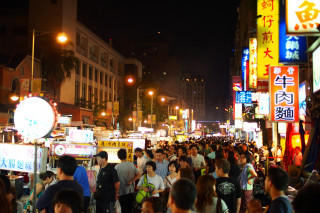 台北市寧夏夜市宣布即日起,現場41攤可供現場食用的小吃攤販,將餐具更換為玻璃、陶、瓷、及不鏽鋼等餐具,禁用一次性及美耐皿餐具。(圖/Flickr othree)