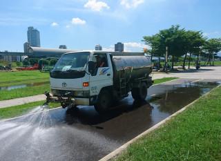 回收水為園區灑水達到降溫效果,同時也達到道路清潔作用。(圖/記者黃村杉攝)