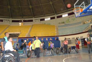 彰化市長邱建富上場體驗坐在輪椅上投籃